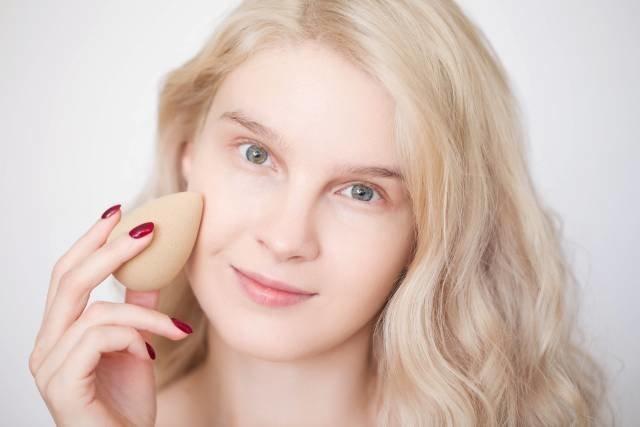 Нанесение тональной основы - второй этап нюдового макияжа