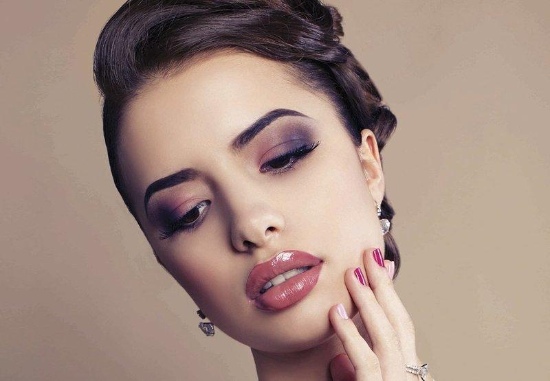 Насыщенный вечерний макияж с нюдовой помадой