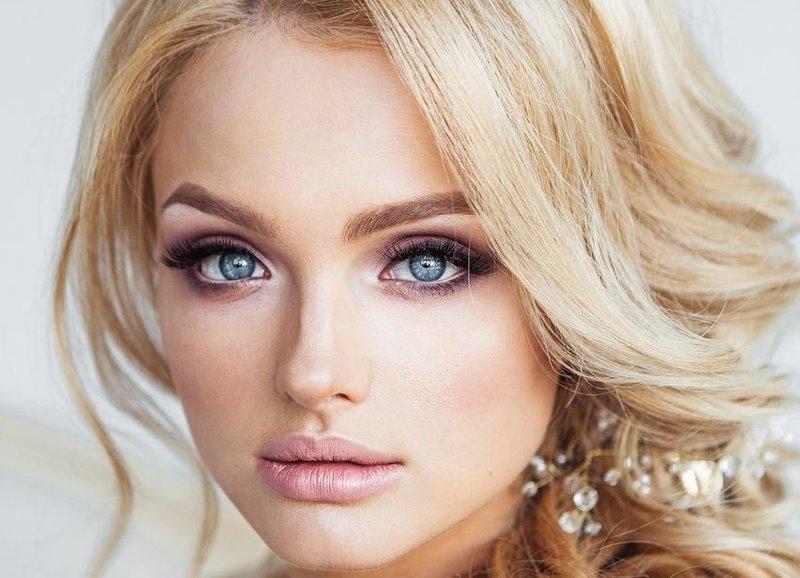 Нежный розовый макияж для голубых глаз