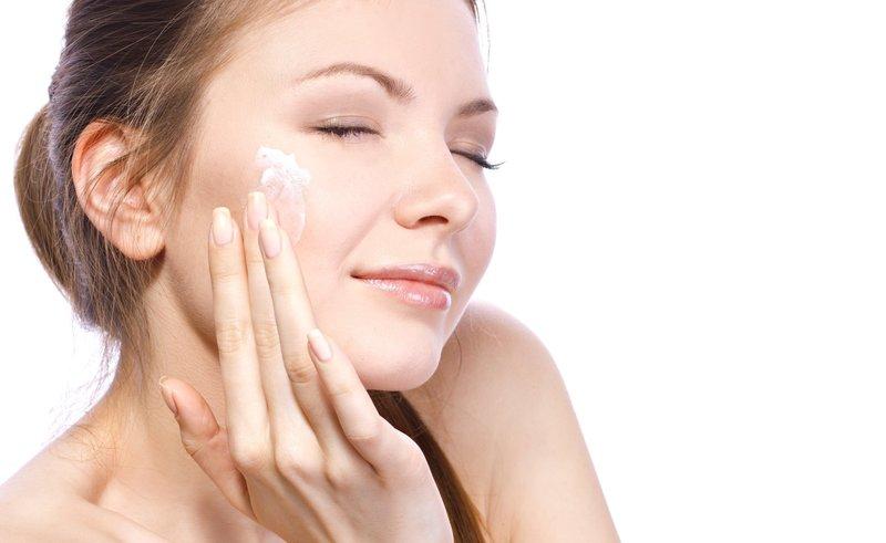 Перед нанесением макияжа лицо увлажняется кремом