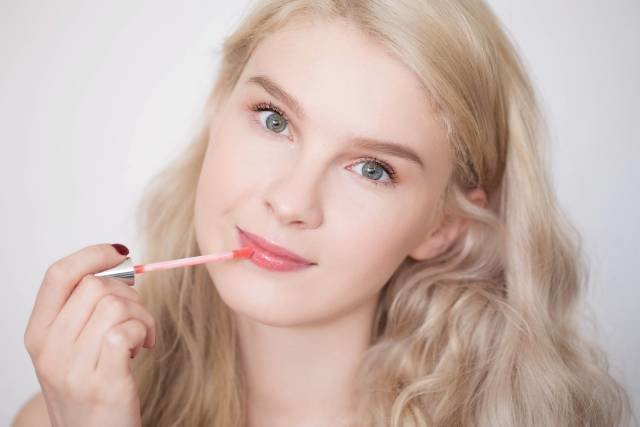 Последний этап макияжа - нанесение блеска