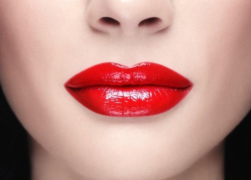 При нанесении яркого макияжа губы окрашиваются в насыщенные оттенки