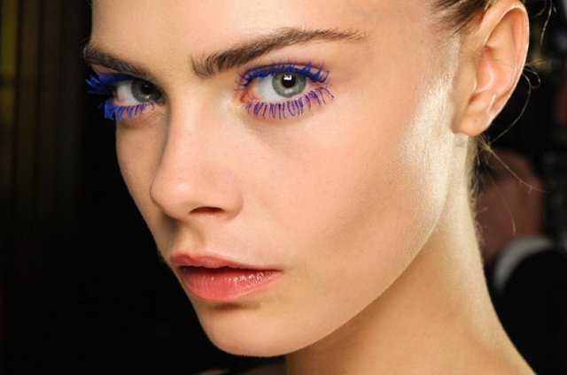 При нанесении яркого макияжа используется цветная тушь