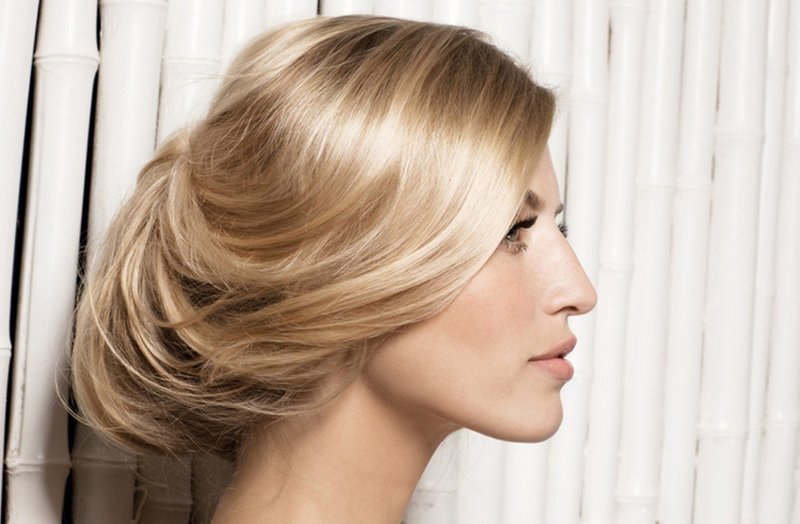 Красивая причёска из собранных волос с плавными линиями