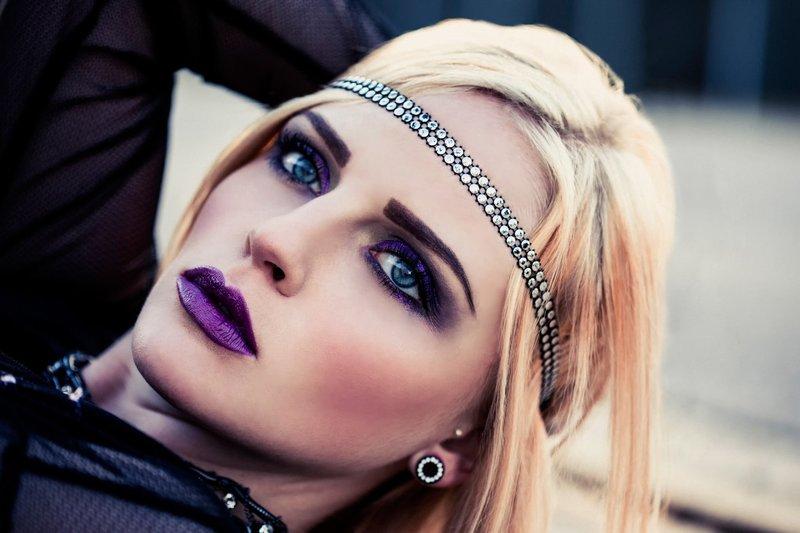 Стильный макияж гранж в фиолетовых оттенках