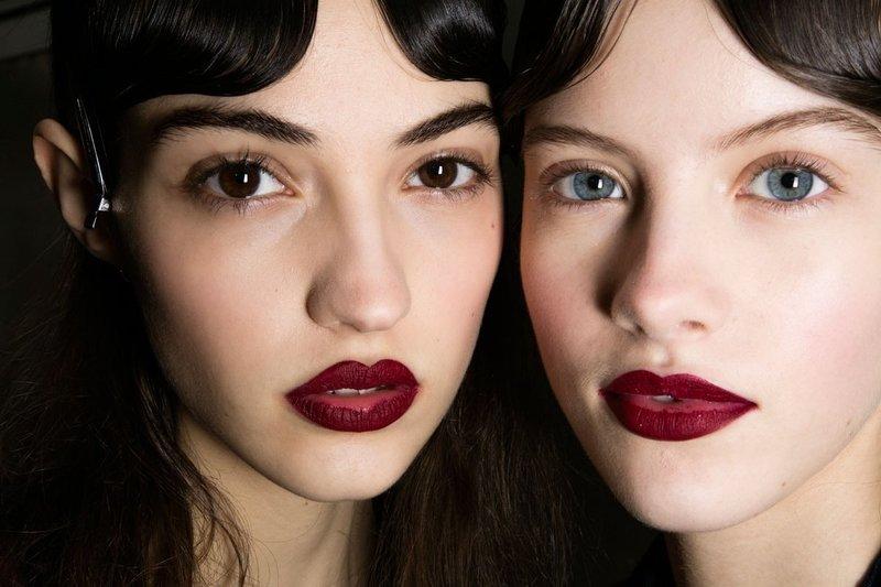 Минималистичный макияж с матовой помадой с показа мод