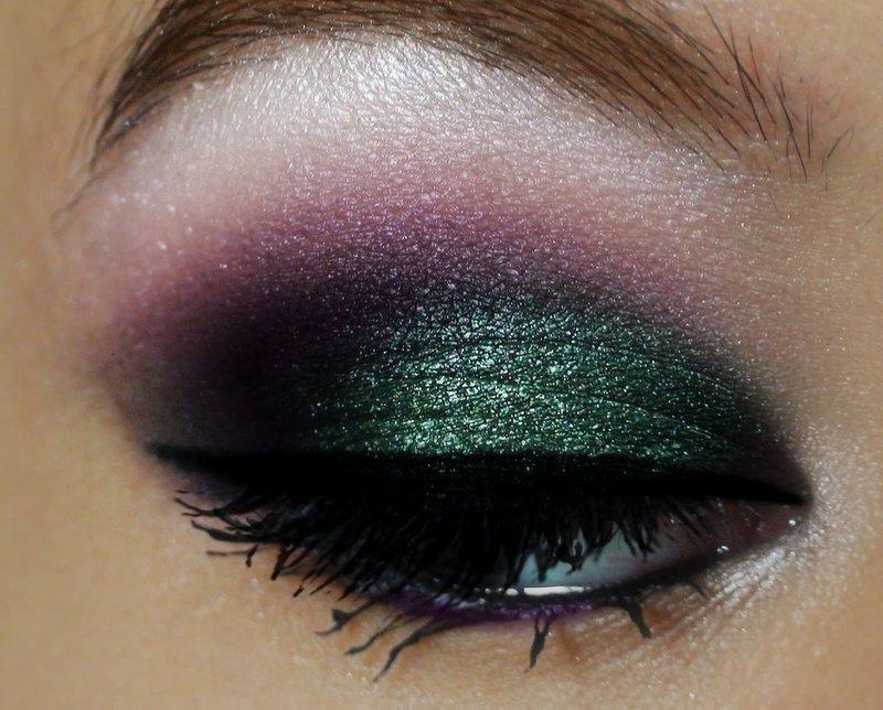 Дымчатый макияж в зелёно-фиолетовых тонах
