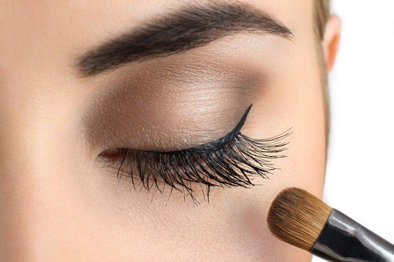 Дневной макияж со стрелками в нюдовых тонах для серых глаз