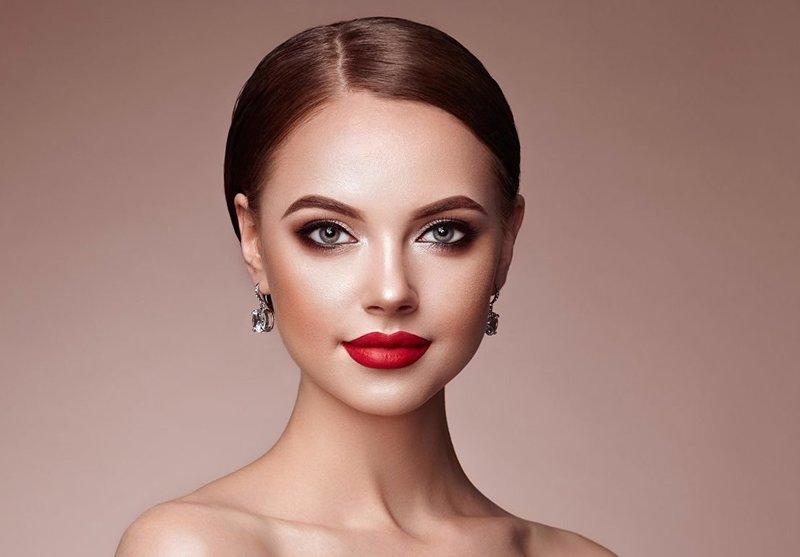 Нюдовый make-up со стрелками и насыщенной губной помадой