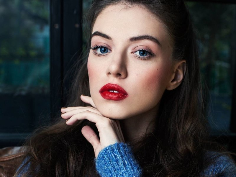 Минималистичный макияж с яркими губами