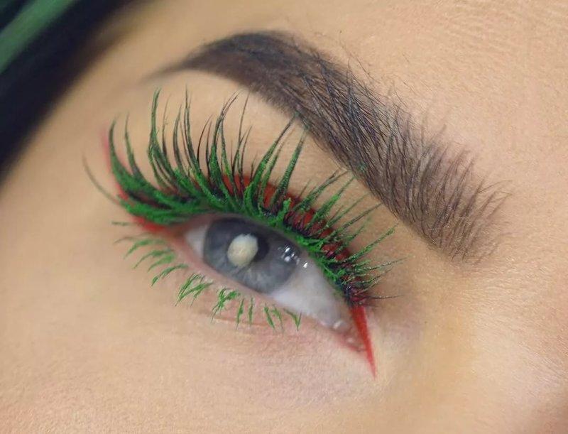 Необычное сочетание красных стрелок и зелёных ресниц в макияже