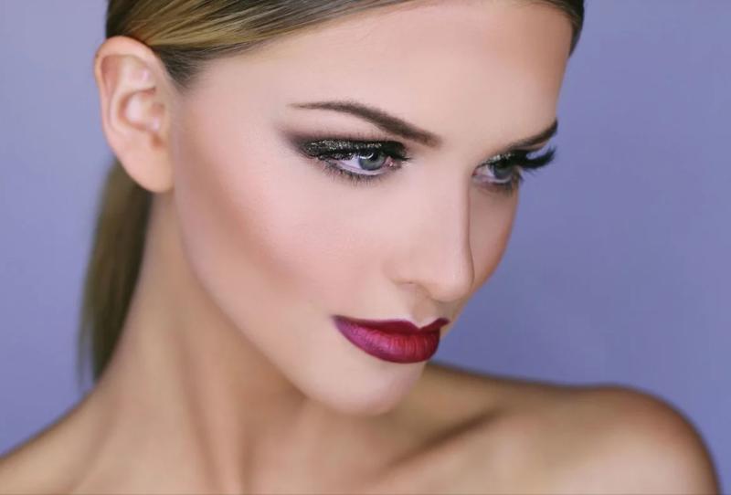 Насыщенный макияж с яркой помадой для серых глаз