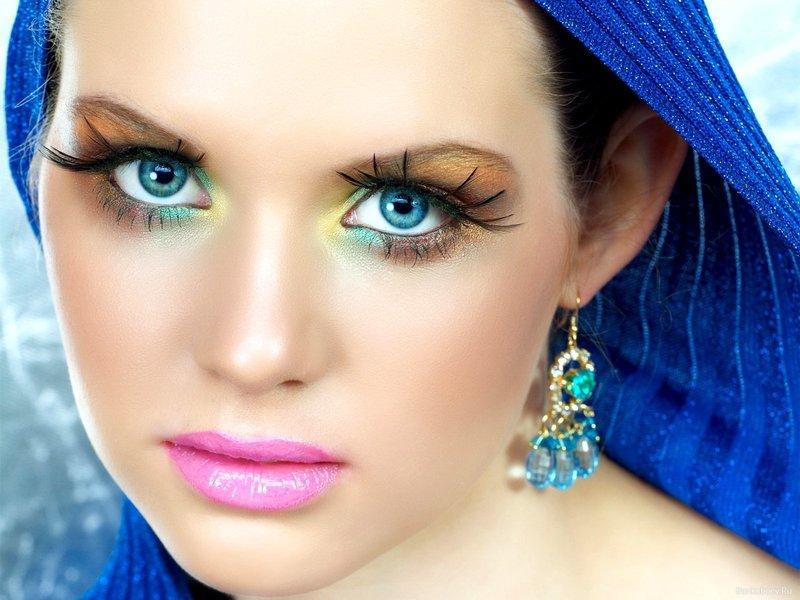 Яркий макияж в трех оттенках