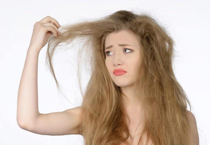 Девушка с ломкими, сухими волосами