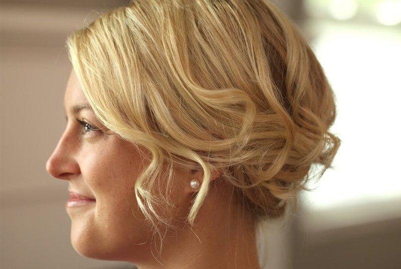 Укладка коротких волос с лёгкими волнами