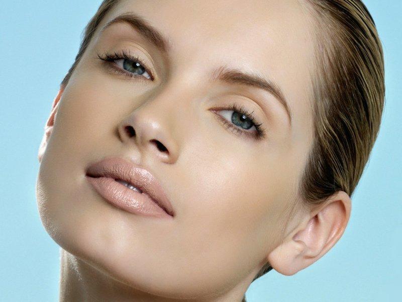 Минималистичный макияж в нюдовых оттенках