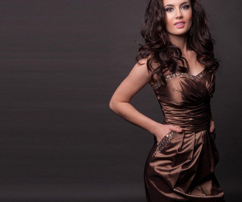 Девушка в платье шоколадного оттенка