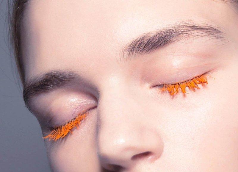Бесцветный макияж с оранжевой тушью