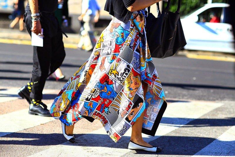 Яркая длинная юбка с принтом из комиксов