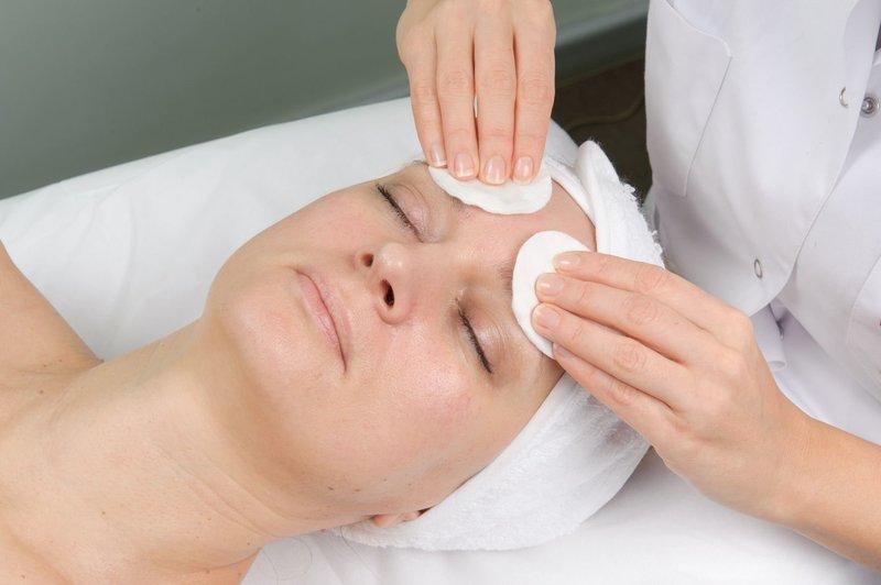 Нанесение предпилингового лосьона для обезжиривания кожи