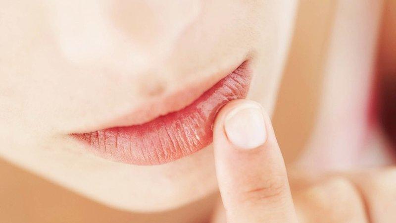 Легкий массаж губ