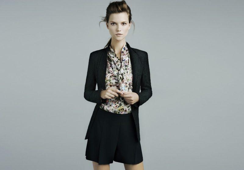Цветастая блузка с классическими шортами и кардиганом