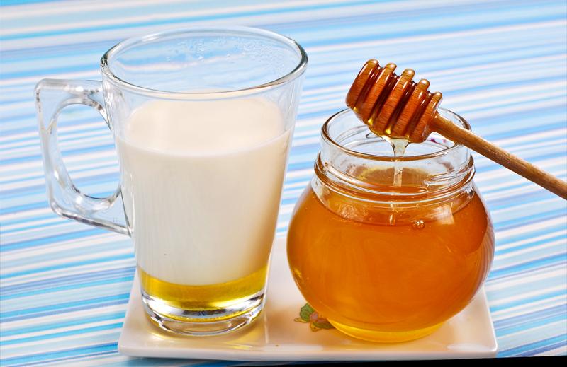 Кефир и мёд для дрожжевой маски