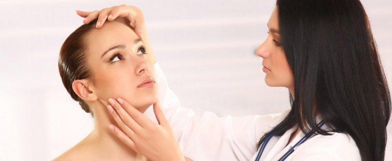 Косметолог оценивает состояние кожи