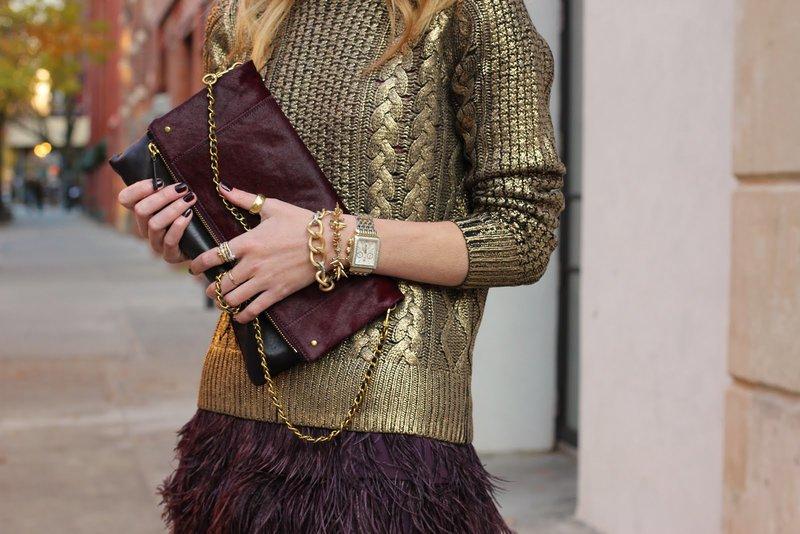 Золотистый свитер с платьем цвета марсала