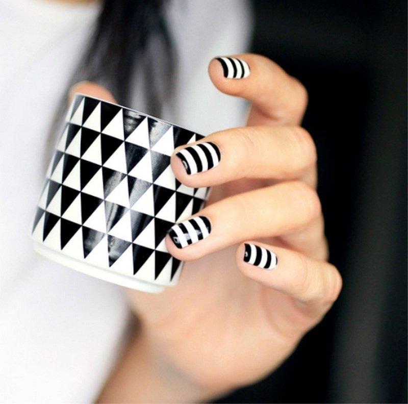 Дизайн ногтей в черно-белую полоску