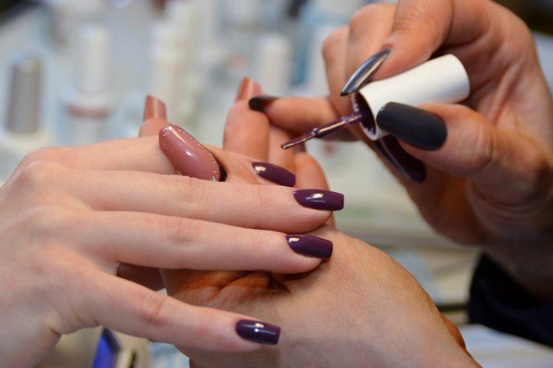Нанесение шеллака на ногти