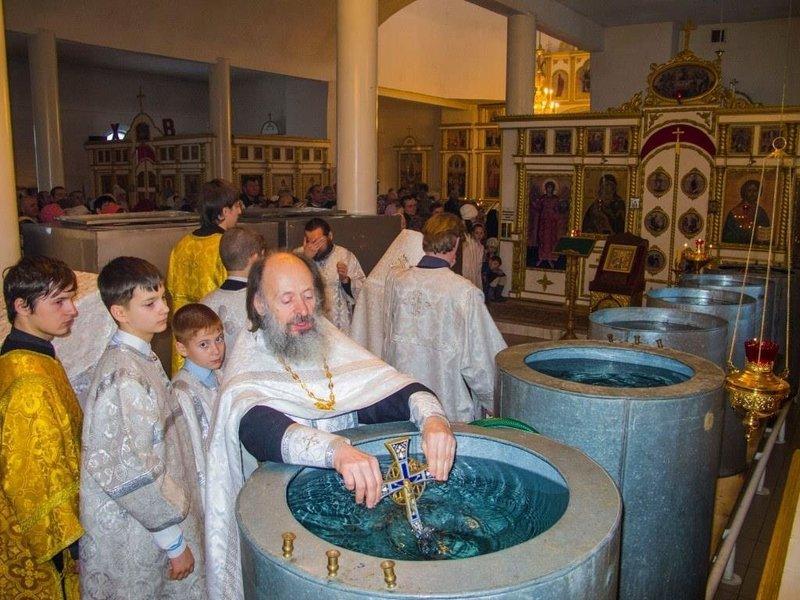 Снятие порчи святой водой