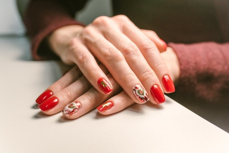 Дизайн ногтей шеллаком в красных тонах