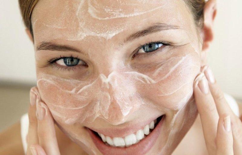Нанесение пилинг скатки на лицо