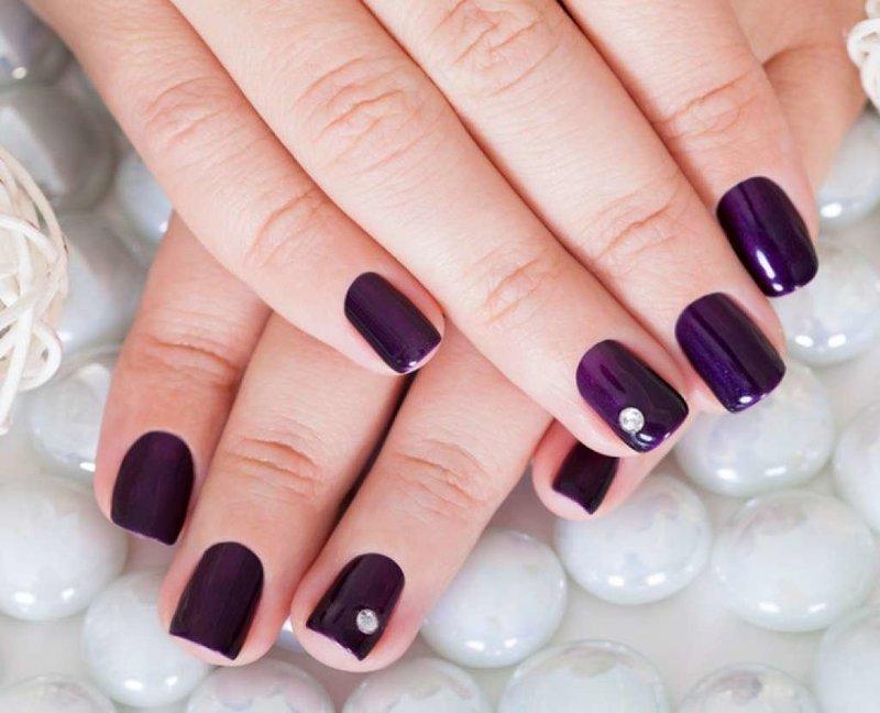 Маникюр с шеллаком и камнем в фиолетовых оттенках