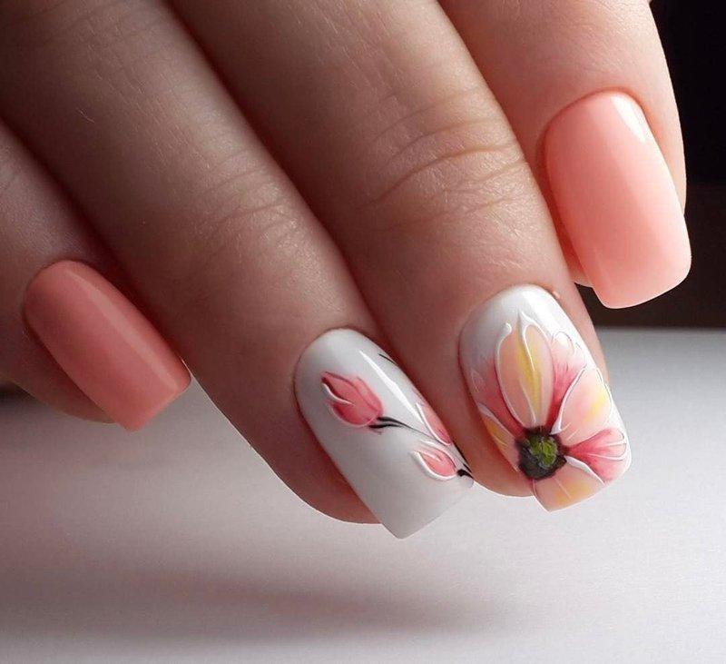 Маникюр с шеллаком с цветочными мотивами