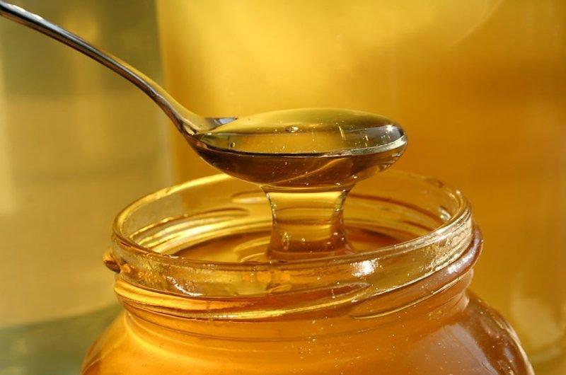 Мед восстанавливает структуру волос