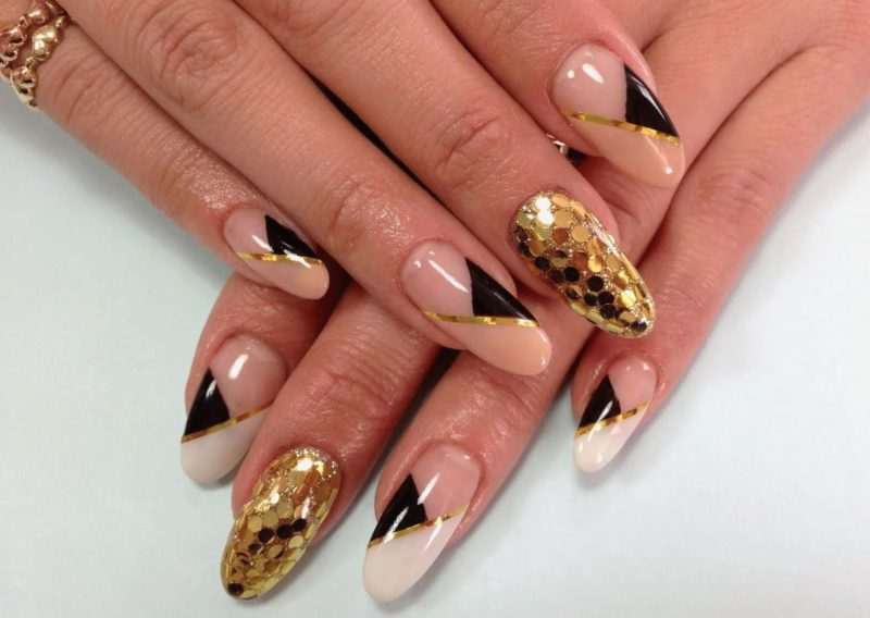 Золотистая геометрия на длинных ногтях