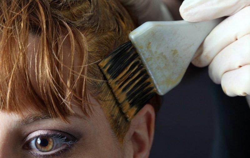 Нанесение агрессивной краски для волос