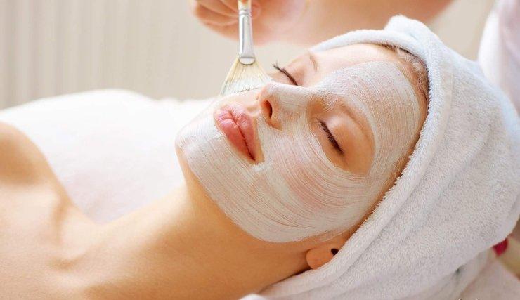 Нанесение пантенола на кожу лица