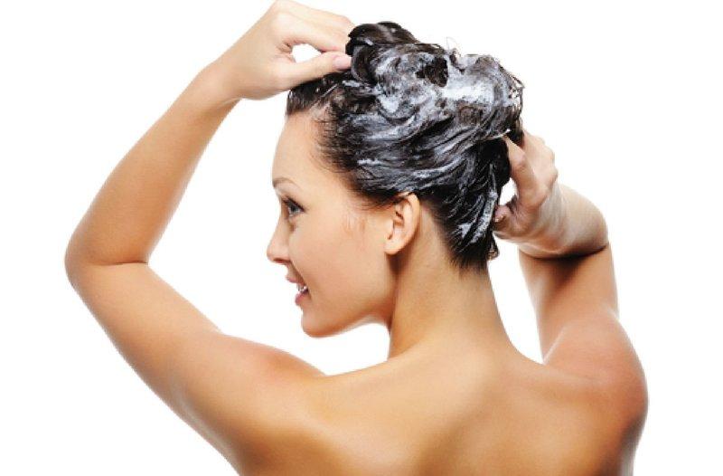 Девушка моет голову шампунем