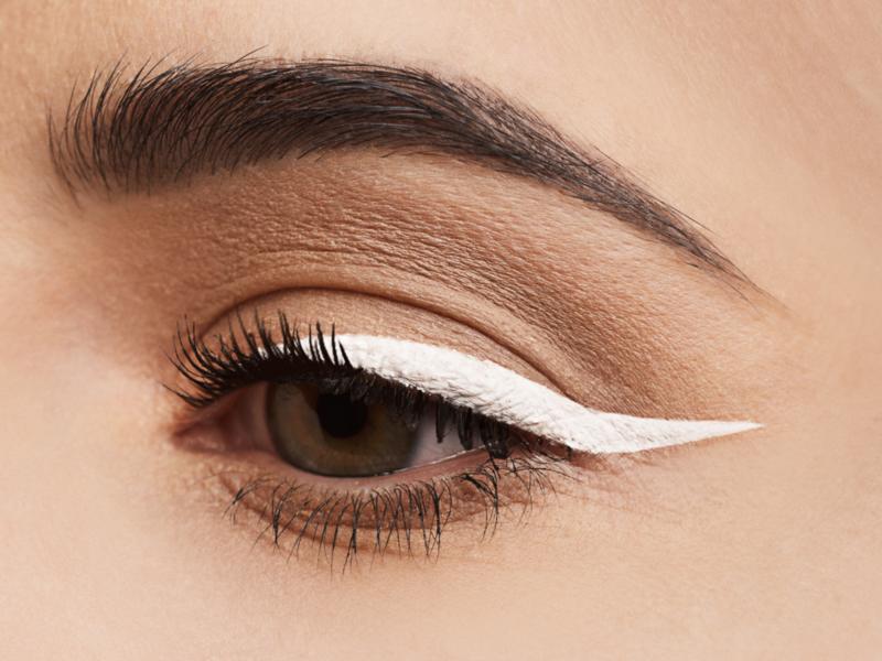 Лёгкий макияж с белыми стрелками