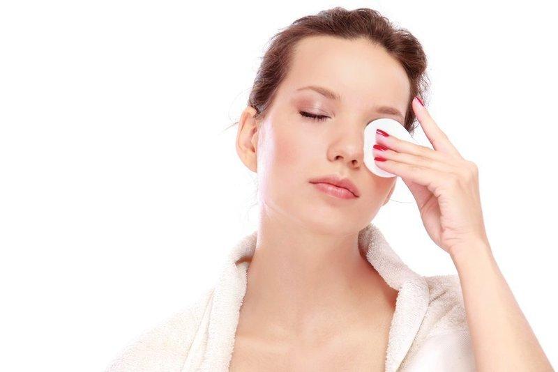 Снятие макияжа с помощью ватного диска