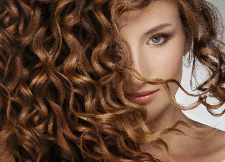 Девушка с густыми и волнистыми волосами