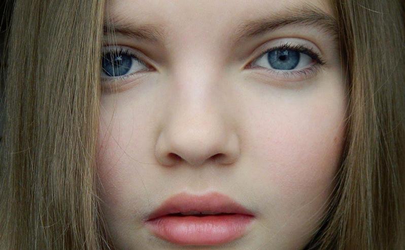 Легкий макияж для девочки 11 лет: на ресницы нанесена тушь, а на губы бальзам персикового оттенка