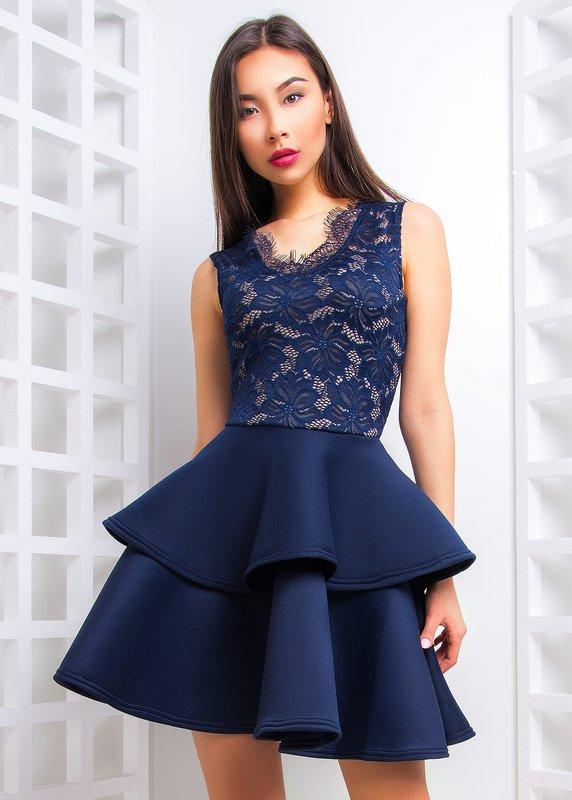 Девушка в коротком коктейльном платье с кружевным верхом