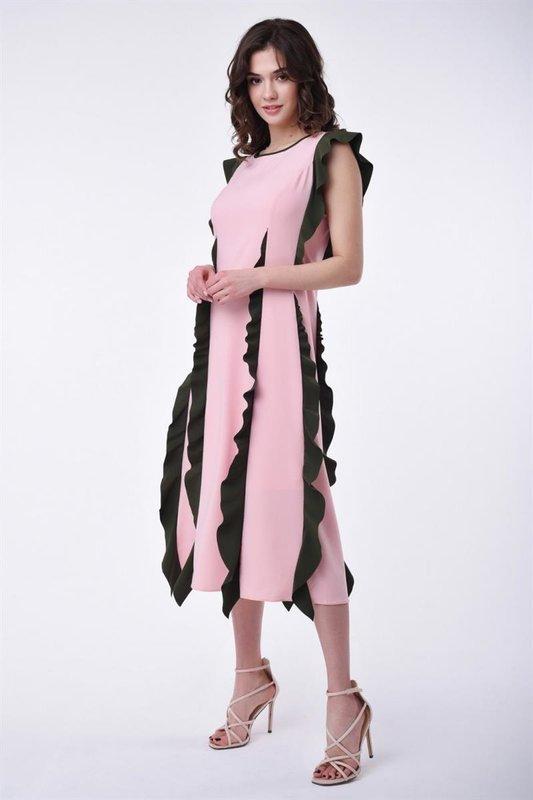 Девушка в коктейльном платье с вертикальными рюшами