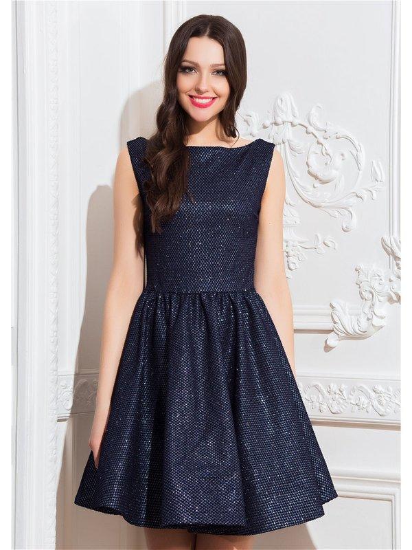 """Девушка в коктейльном платье с вырезом """"лодочка"""" и пышной юбкой"""
