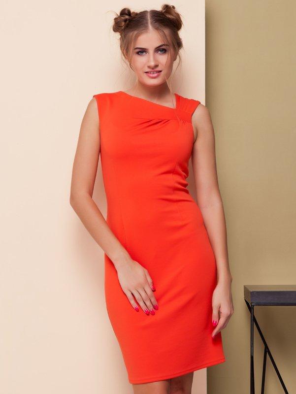 Девушка в оранжевом коктейльном платье футляр