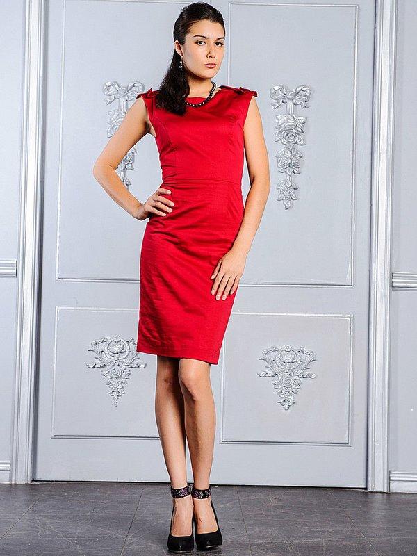 Девушка в красном коктейльном платье-футляр